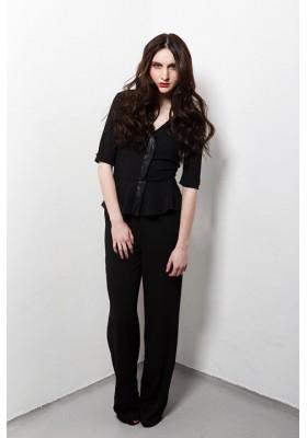 Combinaison pantalon noire en crêpe, décolleté V devant et dos