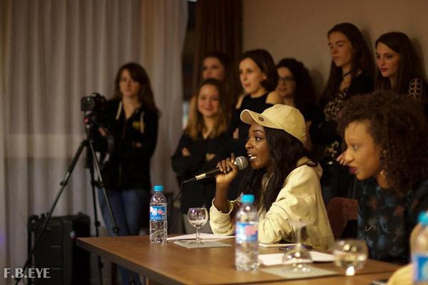 Koura Diouf, à droite, détaillant avec précision les modèles qu'elle voit défiler